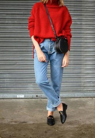 Comment porter: pull à col roulé en tricot rouge, jean bleu clair, slippers en cuir noirs, sac bandoulière en cuir noir
