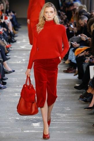 Comment porter: pull à col roulé en tricot rouge, jupe crayon en velours rouge, escarpins en cuir rouges, sac fourre-tout en cuir rouge