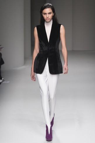 Comment porter: pull à col roulé sans manches blanc, blazer sans manches en velours noir, pantalon slim blanc, bottines en daim pourpres