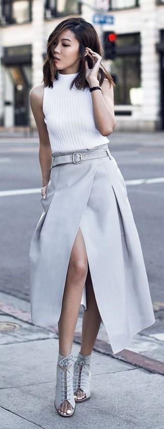 Comment porter: pull à col roulé sans manches blanc, jupe longue fendue grise, bottines à lacets en daim découpées grises, montre en cuir noire