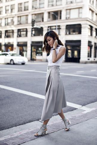 Comment porter: pull à col roulé sans manches blanc, jupe mi-longue plissée grise, sandales à talons en cuir grises