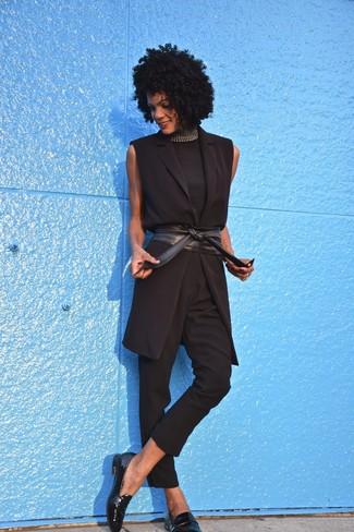 Comment porter un pull à col roulé sans manches noir: Associe un pull à col roulé sans manches noir avec un pantalon slim noir pour obtenir un look relax mais stylé. Une paire de des slippers en cuir noirs est une option astucieux pour complèter cette tenue.