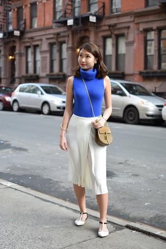 Comment porter: pull à col roulé sans manches bleu, jupe-culotte blanche, ballerines en cuir blanches et noires, sac bandoulière en cuir marron