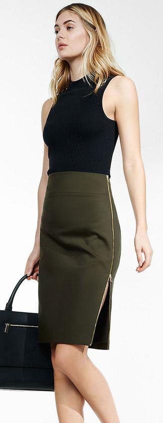 Comment porter un pull à col roulé sans manches noir: Essaie d'associer un pull à col roulé sans manches noir avec une jupe crayon olive pour aller au bureau.