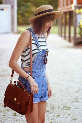 Comment porter: pull à col roulé sans manches à rayures horizontales blanc et noir, salopette-short en denim bleue, sac bandoulière en cuir marron, chapeau de paille marron clair