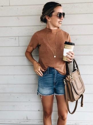 Comment porter: pull à col roulé sans manches tabac, short en denim bleu, cartable en cuir marron, lunettes de soleil marron foncé