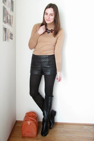 Comment porter: pull à col roulé marron clair, short en cuir matelassé noir, bottes hauteur genou en cuir noires, cartable en caoutchouc orange
