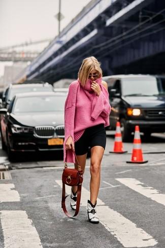 Comment porter: pull à col roulé en tricot fuchsia, short cycliste noir, bottes western en cuir blanches et noires, sac bandoulière en cuir marron