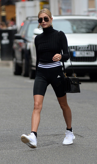 Comment porter: pull à col roulé noir, short cycliste noir et blanc, chaussures de sport blanches, sac bandoulière en cuir noir