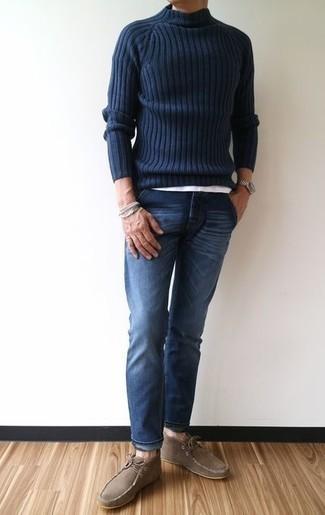 Comment porter des bottines chukka en daim marron: Pense à harmoniser un pull à col roulé en laine en tricot bleu marine avec un jean bleu marine pour un déjeuner le dimanche entre amis. D'une humeur audacieuse? Complète ta tenue avec une paire de des bottines chukka en daim marron.