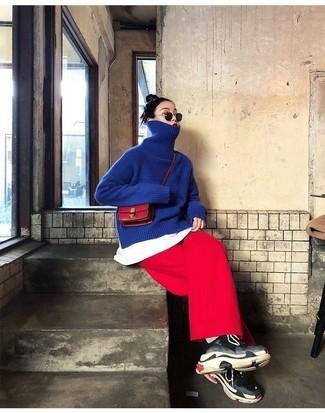 Comment porter: pull à col roulé bleu, t-shirt à col rond blanc, jupe-culotte rouge, chaussures de sport noires