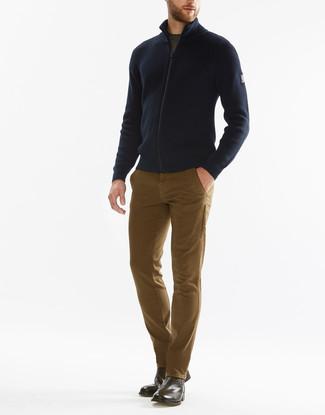 Comment porter: pull à fermeture éclair bleu marine, t-shirt à col rond olive, pantalon chino marron clair, bottines chelsea en cuir marron