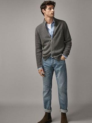 Comment porter un jean bleu: Pense à marier un pull à fermeture éclair gris avec un jean bleu pour une tenue idéale le week-end. Jouez la carte classique pour les chaussures et complète cet ensemble avec une paire de bottines chelsea en daim marron foncé.