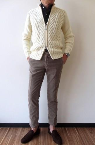 Comment porter: pull à fermeture éclair en tricot beige, chemise de ville noire, pantalon chino en velours côtelé marron, slippers en daim marron foncé
