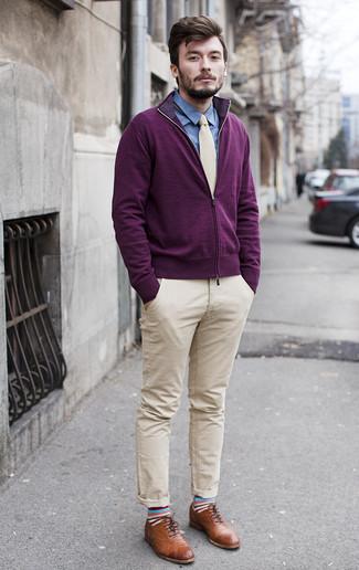 Comment porter: pull à fermeture éclair pourpre foncé, chemise de ville en chambray bleue, pantalon chino beige, chaussures brogues en cuir marron