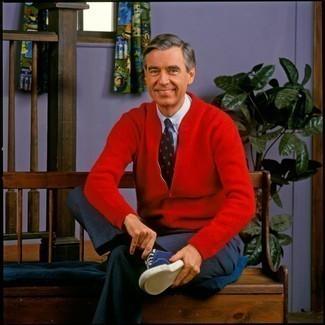Comment porter des chaussettes noires: Essaie de marier un pull à fermeture éclair rouge avec des chaussettes noires pour une tenue idéale le week-end. Termine ce look avec une paire de des baskets basses en toile bleu marine pour afficher ton expertise vestimentaire.