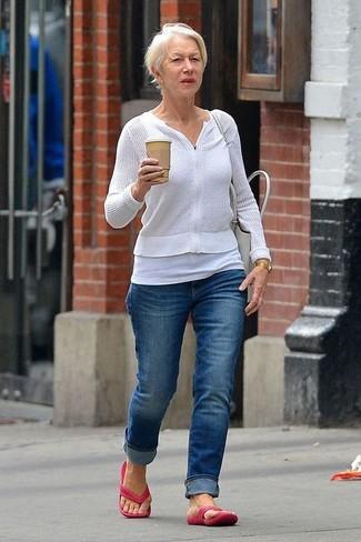 Comment porter un débardeur blanc: Essaie d'associer un débardeur blanc avec un jean bleu pour un look idéal le week-end. Si tu veux éviter un look trop formel, choisis une paire de des tongs fuchsia.