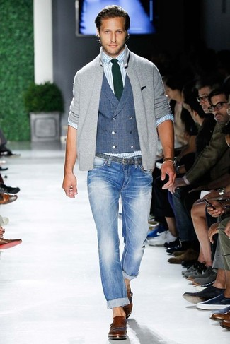 Comment porter: pull à fermeture éclair gris, gilet bleu, chemise à manches longues à rayures verticales bleu clair, jean skinny bleu clair
