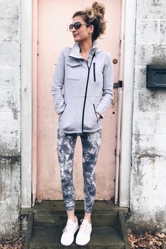 Tenue: Pull à fermeture éclair en polaire gris, Leggings imprimé tie-dye gris foncé, Chaussures de sport roses, Lunettes de soleil marron foncé