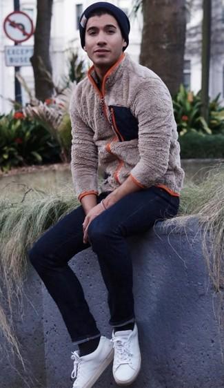 Comment porter: pull à fermeture éclair en polaire beige, jean skinny bleu marine, baskets basses en cuir blanches, bonnet noir