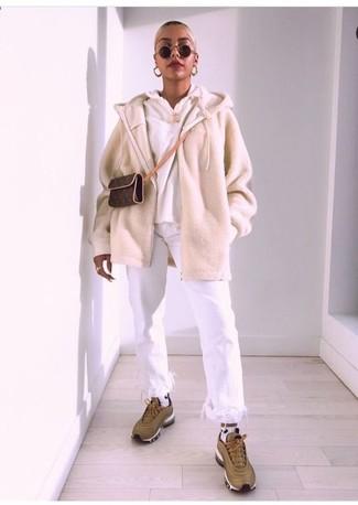 Comment porter: pull à fermeture éclair beige, sweat à capuche blanc, jean à franges blanc, chaussures de sport olive