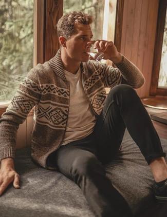 Comment porter: pull à fermeture éclair en jacquard beige, t-shirt à col en v beige, pantalon chino noir, baskets basses en cuir noires
