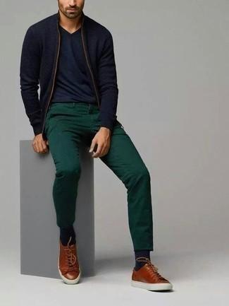 Tendances mode hommes: Pour créer une tenue idéale pour un déjeuner entre amis le week-end, harmonise un pull à fermeture éclair bleu marine avec un pantalon chino vert foncé. Jouez la carte décontractée pour les chaussures et fais d'une paire de des baskets basses en cuir marron ton choix de souliers.