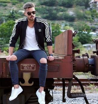 Comment porter: pull à fermeture éclair noir, t-shirt à col rond blanc, jean skinny déchiré bleu marine, baskets basses blanches
