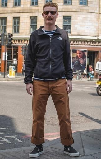 Comment porter un pantalon chino tabac: Choisis un pull à fermeture éclair noir et un pantalon chino tabac pour une tenue confortable aussi composée avec goût. Cet ensemble est parfait avec une paire de des baskets à enfiler en toile noires.
