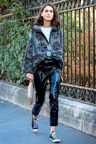 Comment porter: pull à fermeture éclair en polaire gris, t-shirt à col rond blanc, pantalon slim en cuir noir, baskets basses en toile noires et blanches