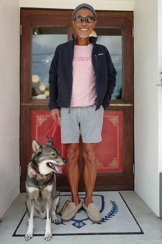 Comment porter: pull à fermeture éclair en polaire noir, t-shirt à col rond rose, short gris, slippers en daim beiges