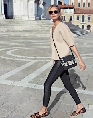 Comment porter: pull à manches courtes beige, leggings noirs, slippers en daim imprimés léopard marron, sac bandoulière en cuir noir et blanc