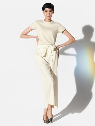 Comment porter un pull à manches courtes marron clair: Associe un pull à manches courtes marron clair avec un pantalon large beige pour une tenue raffinée mais idéale le week-end. Si tu veux éviter un look trop formel, fais d'une paire de des ballerines en cuir argentées ton choix de souliers.