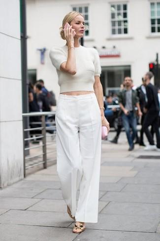 Comment porter: pull à manches courtes beige, pantalon large blanc, sandales plates en cuir dorées, montre dorée
