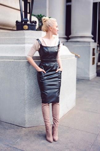Comment porter un pull à manches courtes marron clair: Porte un pull à manches courtes marron clair et une robe chasuble en cuir noire pour une impression décontractée. Ajoute une paire de des cuissardes en daim beiges à ton look pour une amélioration instantanée de ton style.