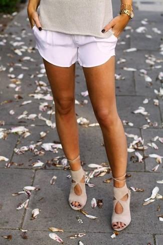 Comment porter un pull à manches courtes marron clair: Associe un pull à manches courtes marron clair avec un short blanc pour obtenir un look relax mais stylé. Une paire de des sandales à talons en daim beiges s'intégrera de manière fluide à une grande variété de tenues.