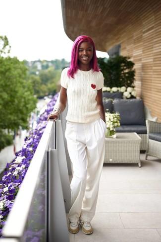 Comment porter: pull à manches courtes blanc, pantalon large blanc, chaussures de sport blanches