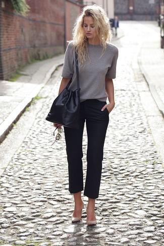 Comment porter: pull à manches courtes gris, pantalon de costume noir, escarpins en cuir imprimés serpent beiges, sac bourse en cuir noir