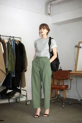 Comment porter un pantalon large olive: Marie un pull à manches courtes gris avec un pantalon large olive pour créer un style chic et glamour. Une paire de des sandales à talons en daim noires est une option judicieux pour complèter cette tenue.