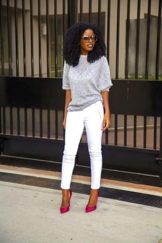 Comment porter: pull à manches courtes gris, pantalon slim blanc, escarpins en satin fuchsia