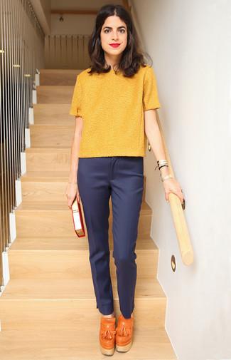Comment porter: pull à manches courtes jaune, pantalon de costume bleu marine, talons hauts à pampilles en cuir orange