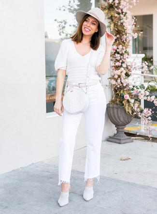 Comment porter: pull à manches courtes blanc, jean flare blanc, mules en cuir blanches, sac bandoulière en cuir blanc