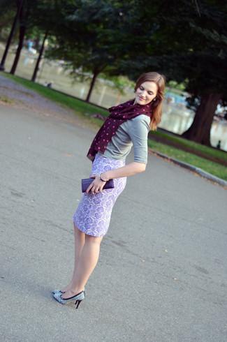 Tenue: Pull à manches courtes gris, Jupe crayon imprimée cachemire violet clair, Escarpins en cuir imprimés blancs et noirs, Pochette en cuir violette