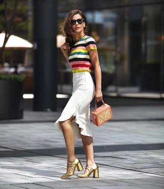 Comment porter: pull à manches courtes à rayures horizontales multicolore, jupe crayon à volants blanche, escarpins en cuir dorés, sac à main en cuir multicolore