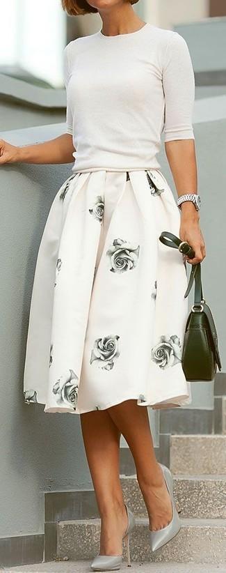 Comment porter: pull à manches courtes blanc, jupe évasée à fleurs blanche, escarpins en cuir gris, sac bandoulière en cuir olive