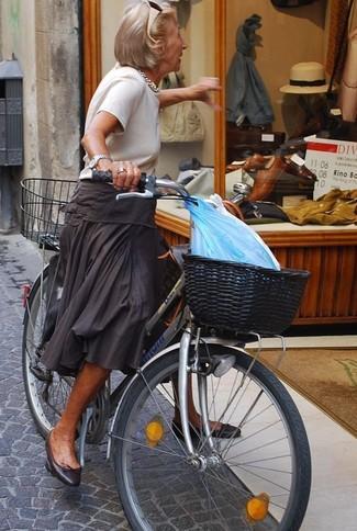 Comment porter un pull à manches courtes blanc: Pense à marier un pull à manches courtes blanc avec une jupe mi-longue plissée gris foncé pour achever un look chic. Jouez la carte décontractée pour les chaussures et assortis cette tenue avec une paire de des ballerines en cuir noires.