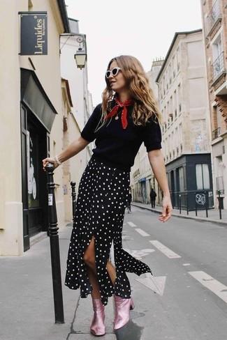 Comment porter: pull à manches courtes noir, jupe mi-longue á pois noire et blanche, bottines en cuir roses, bandana rouge