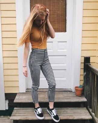 Comment porter: pull à manches courtes moutarde, pantalon slim en vichy noir et blanc, baskets basses en toile noires et blanches