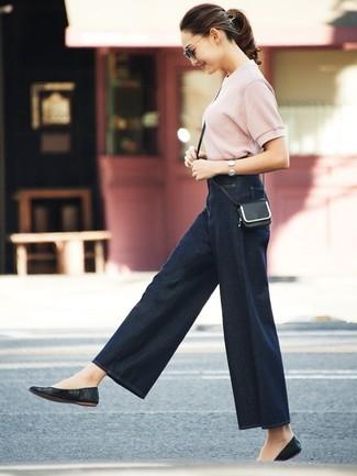 Comment porter: pull à manches courtes rose, pantalon large en denim bleu marine, ballerines en cuir noires, sac bandoulière en cuir noir