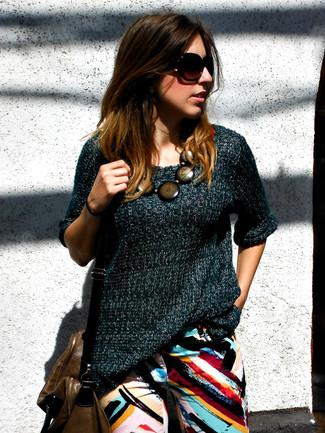 Comment porter un pull à manches courtes bleu canard: Pour une tenue de tous les jours pleine de caractère et de personnalité associe un pull à manches courtes bleu canard avec un jean imprimé multicolore.